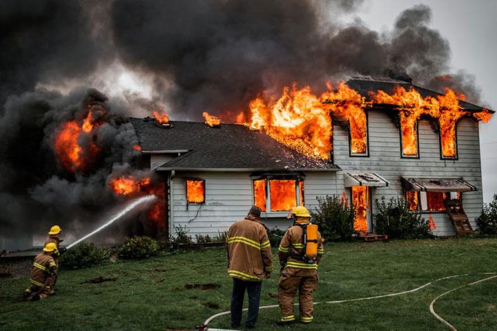 Nằm mơ thấy người khác giúp mình dập tắt lửa