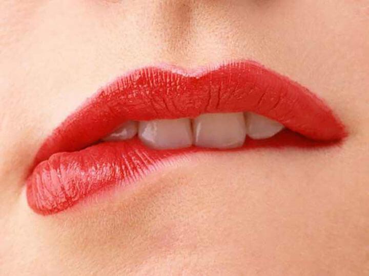 Điềm báo cắn vào môi là gì?