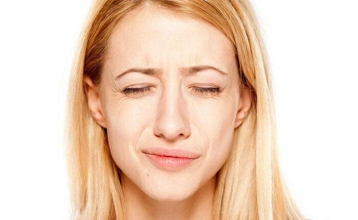 Điềm báo giật môi được khoa học giải mã thế nào?