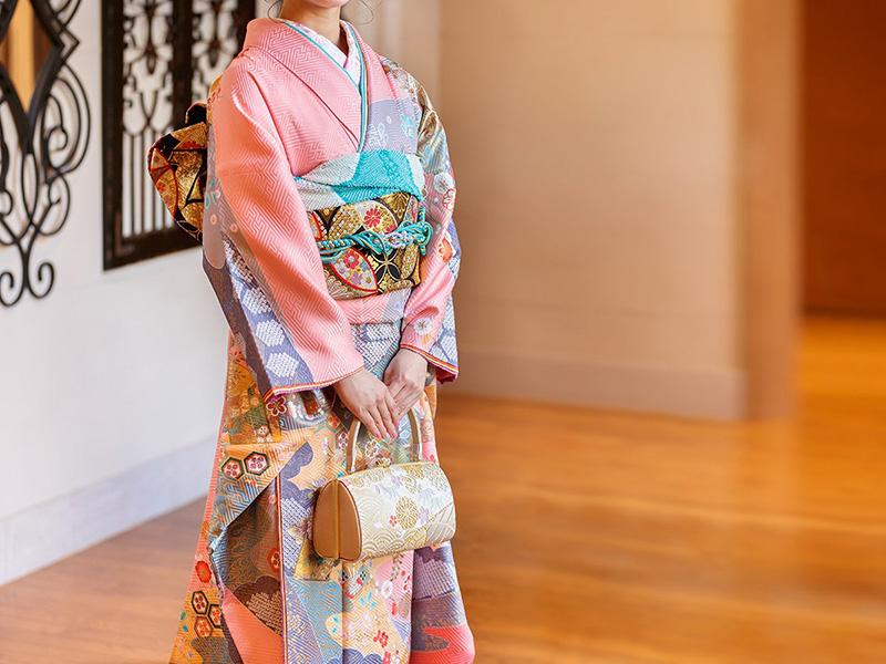Còn mơ thấy quần áo trang phục khi mặc kimono thể hiện bạn là con người vô cùng tinh tế và thông minh trong phong cách người nhật này