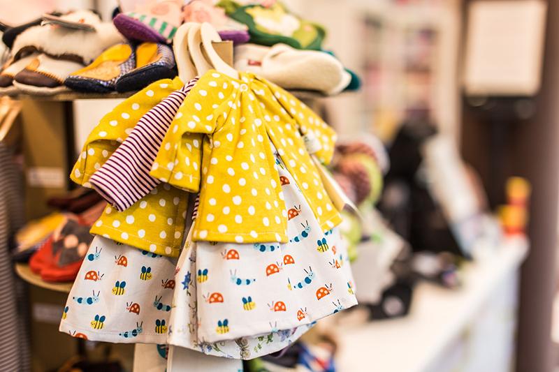 Khi nằm ngủ mơ thấy quần áo trẻ em thể hiện điềm vui hỷ sự chuyện trọng đại sắp đến có thể là có con hoặc đám cưới rồi sẽ có con trong tương lai
