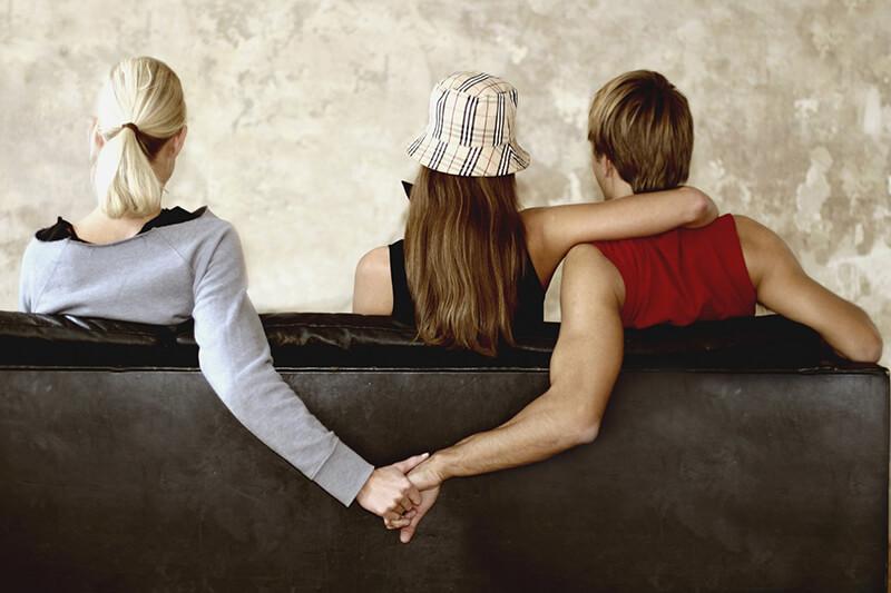 Bị người khác phát hiện mình đang ngoại tình mang điềm báo gì?
