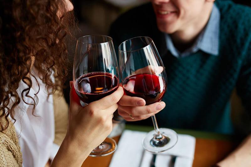 Chiêm bao thấy mình mời người khác uống rượu
